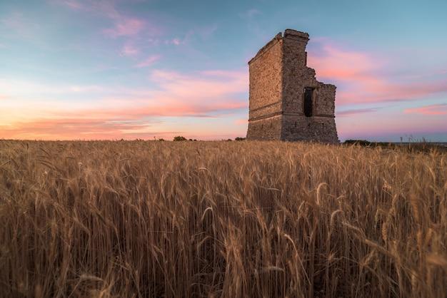 Antiga fortificação em ruínas ao amanhecer