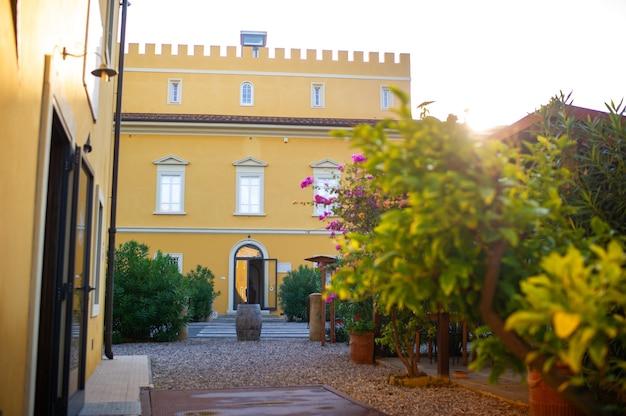 Antiga grande villa amarela na região da toscana.