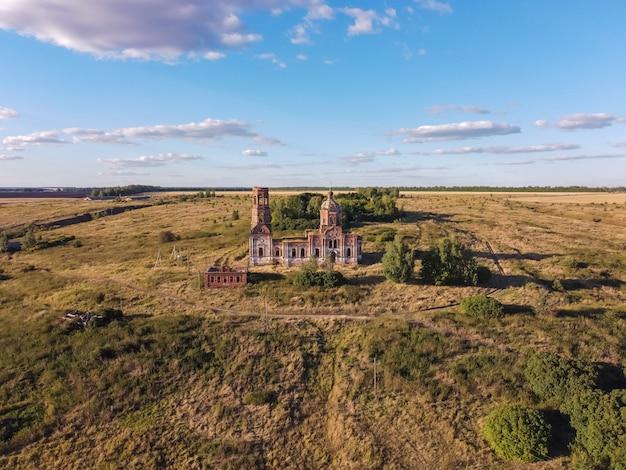 Antiga igreja abandonada e em ruínas iluminada pelo sol poente.
