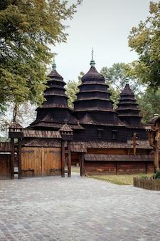 Antiga igreja de madeira autêntica Foto Premium