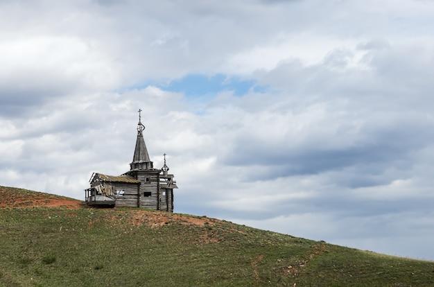 Antiga igreja de madeira na encosta