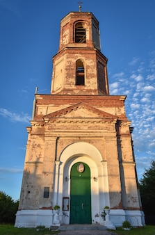 Antiga igreja de tijolos na vila de istier