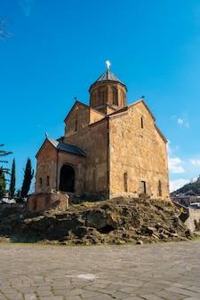 Antiga igreja ortodoxa da igreja de metekhi em tbilisi