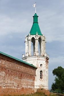 Antiga igreja ortodoxa de pedra na rússia.