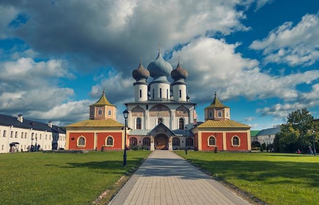 Antiga igreja ortodoxa no fundo de um céu tempestuoso