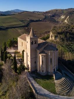 Antiga igreja santa maria della rocca vista aérea panorâmica