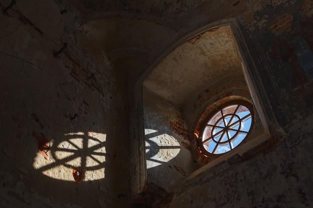 Antiga janela redonda em um prédio destruído