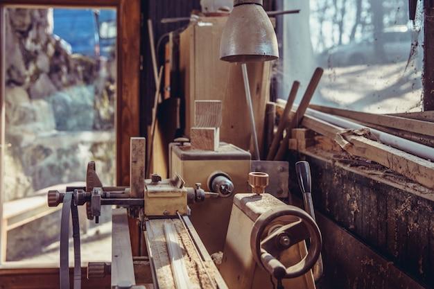 Antiga máquina de carpintaria em carpintaria abandonada