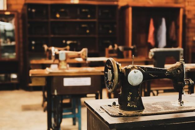 Antiga máquina de costura no local de trabalho da fábrica de vestuário.