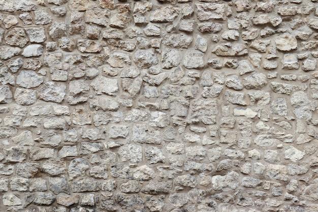 Antiga muralha com pedras e cimento