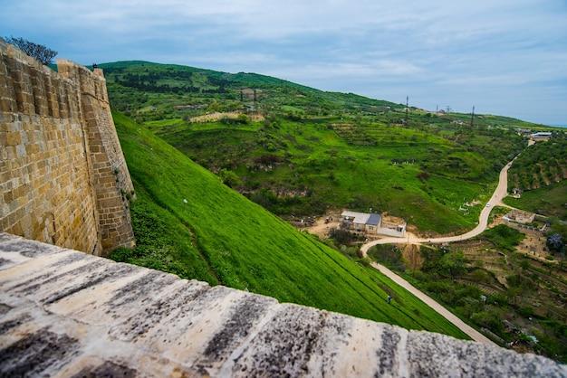 Antiga muralha de pedra forte de uma fortaleza defensiva nas montanhas