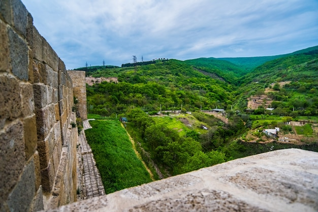 Antiga muralha de pedra forte de uma fortaleza defensiva nas montanhas Foto Premium