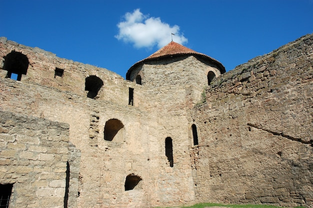 Antiga muralha, janelas em arco e torre da fortaleza medieval akkerman