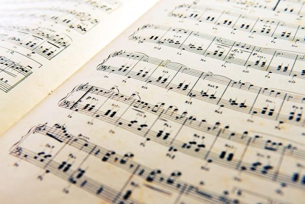 Antiga partitura de música aberta