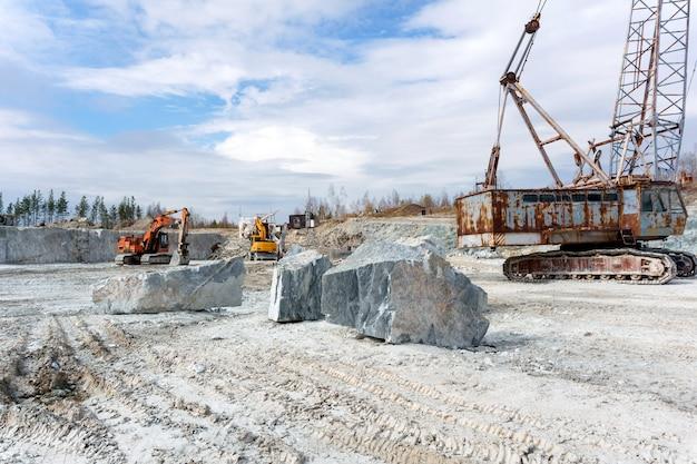 Antiga pedreira para extração de mármore com equipamentos pesados de construção em pé