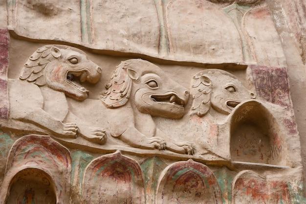 Antiga pintura tradicional chinesa em relevo da gruta do templo la shao nas cavernas da cortina de água de tianshui wushan, gansu, china