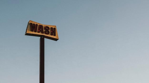 Antiga placa rústica de lava-carros na califórnia