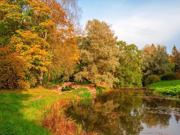 Antiga ponte de pedra no parque autumn pavlovsky, são petersburgo, rússia.