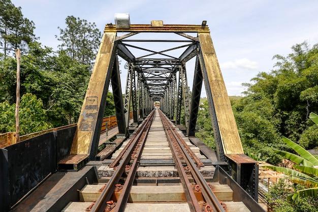Antiga ponte ferroviária, com treliça de ferro, no interior do estado de são paulo, brasil