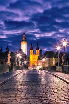 Antiga ponte principal, alte mainbrucke com estátuas de santos, a catedral e a prefeitura na cidade velha de wurzburg, franconia, baviera, alemanha