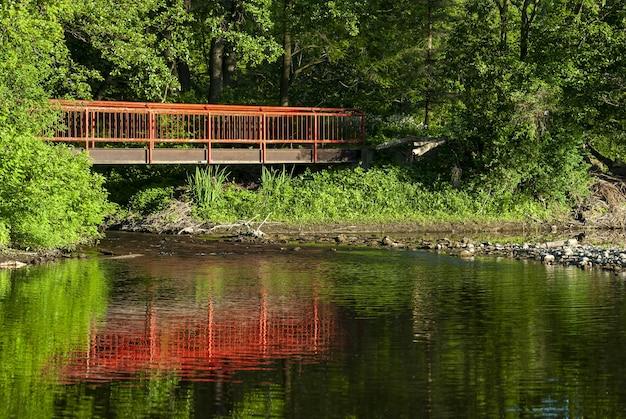 Antiga ponte vermelha cruzando o rio