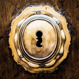 Antiga porta italiana (estimativa de 200 anos) na toscana. buraco de fechadura útil para conceitos.