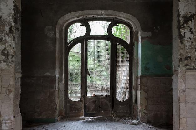 Antiga porta modernista de uma casa abandonada