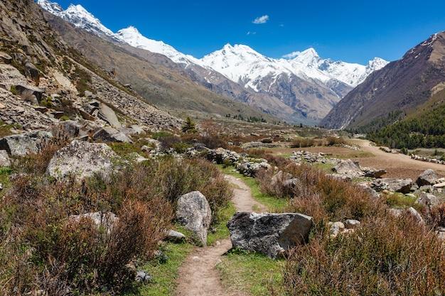 Antiga rota comercial para o tibete saindo do vale de sangla, himachal pradesh, índia