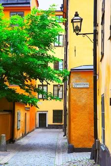 Antiga rua pitoresca no distrito de gamla stan, estocolmo, suécia