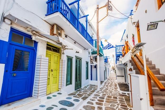 Antiga rua tradicional grega de mykonos com casas brancas e portas coloridas
