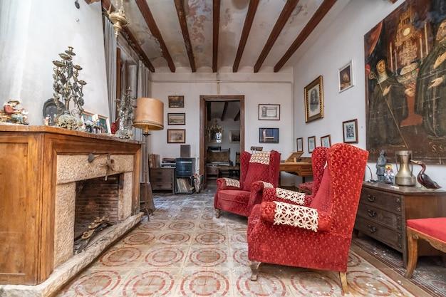 Antiga sala de estar com lareira da antiga casa