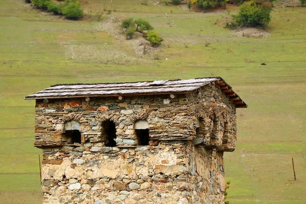 Antiga svan towerhouse, patrimônio mundial da unesco na região de mestia svaneti, geórgia