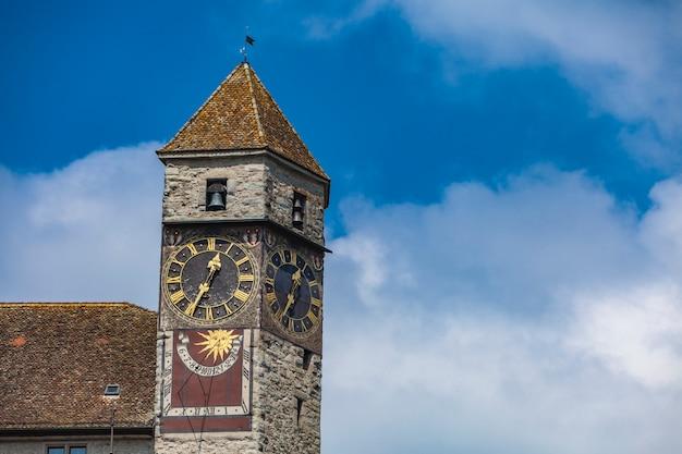 Antiga torre do relógio no castelo rapperswil na suíça