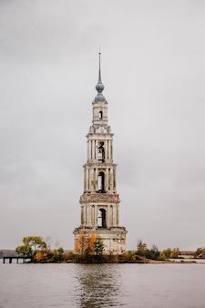 Antiga torre sineira abandonada no meio do lago