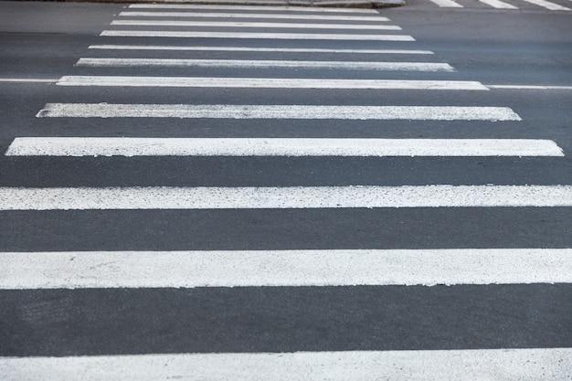 Antiga travessia de pedestres em estrada de asfalto