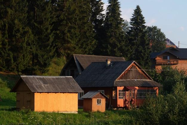 Antiga vila romena vista nas montanhas dos cárpatos