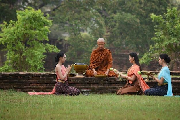 Antigas atividades budistas em wat phra si sanphet phra nakhon si ayutthaya, tailândia