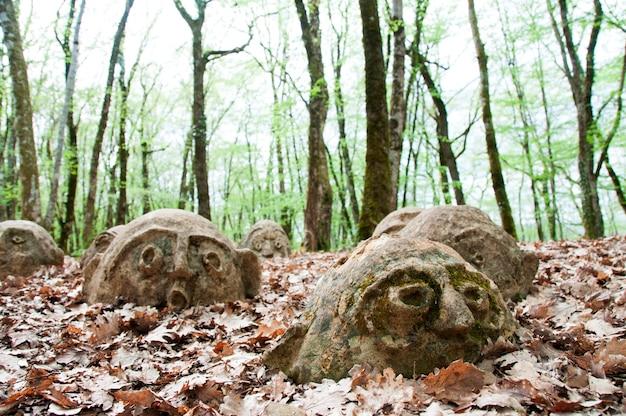 Antigas estátuas cobertas de folhas