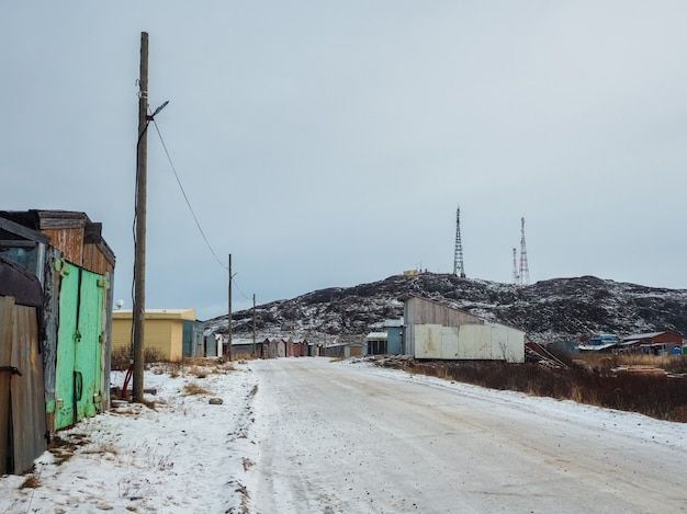 Antigas garagens soviéticas na vila de lodeynoye, no norte do ártico