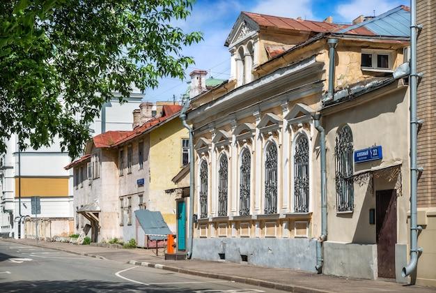 Antigas mansões em khlebny lane em moscou em um dia ensolarado de verão. legenda: khlebny lane