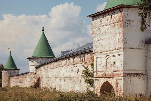 Antigas paredes do mosteiro de ipatiev anel de ouro da rússia