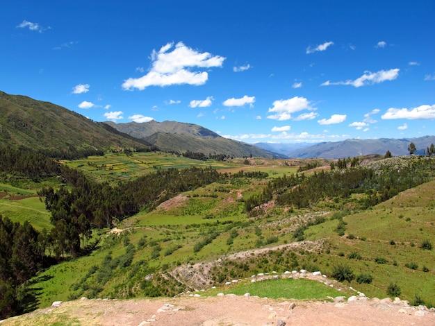 Antigas ruínas da fortaleza em cusco, império inca, peru