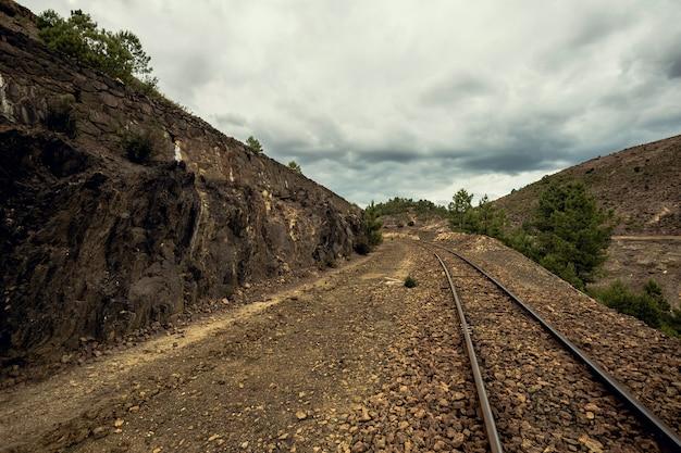 Antigas, trem, trilhas, entre, montanhas, ligado, um, nublado, dia