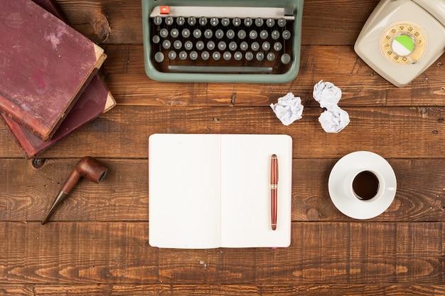 Antigo ambiente de trabalho retrô jornalista com máquina de escrever e telefone