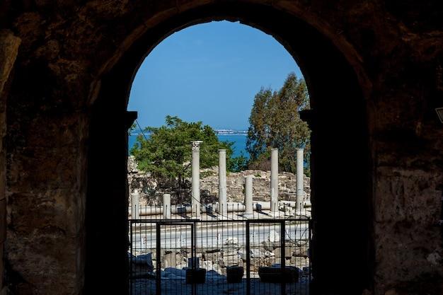 Antigo anfiteatro desde os tempos antigos na região de antalya, side, turquia.