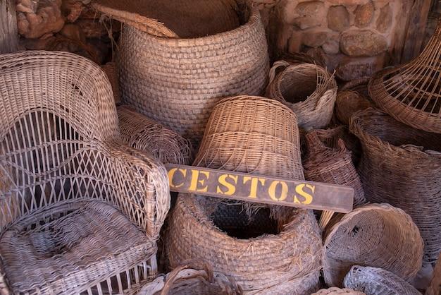 Antigo armazém com restos de cestos feitos à mão
