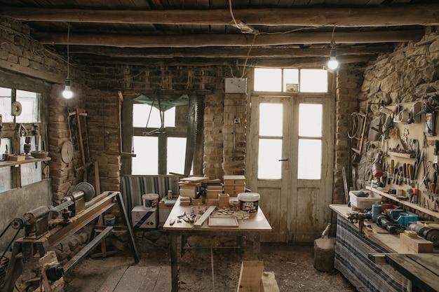 Antigo ateliê e ferramentas de carpinteiro