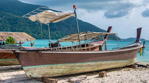 Antigo barco da polícia na praia de areia, koh lipe tailândia