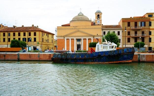 Antigo barco de pesca em vila italiana