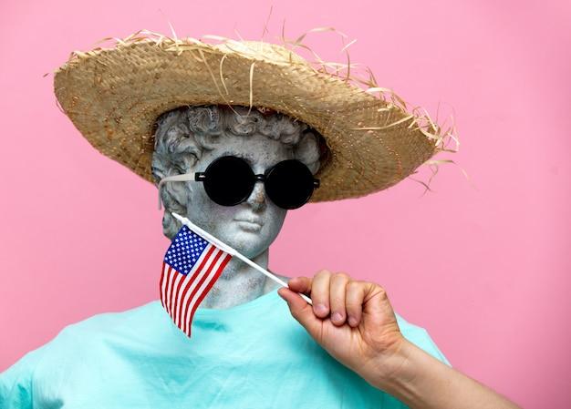 Antigo busto de macho no chapéu com a bandeira do eua